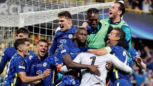 Jugadores del Chelsea celebran la obtención de la Supercopa de...