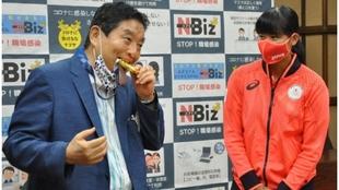 El alcalde de Nagoya muerde la medalla de oro de Miu Goto.