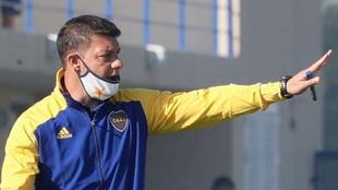 Sebastián Battaglia (40) dirigiendo un entrenamiento del equipo...