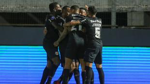 Jugadores de Bragantino celebra el gol.