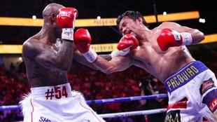 Manny Pacquiao (42) en un momento de la pelea con Yordenis Ugás (35).