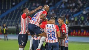 Jugadores del Junior celebran un gol.