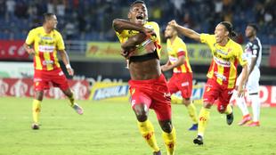 Brayan León corre a celebrar el gol definitivo de la serie.