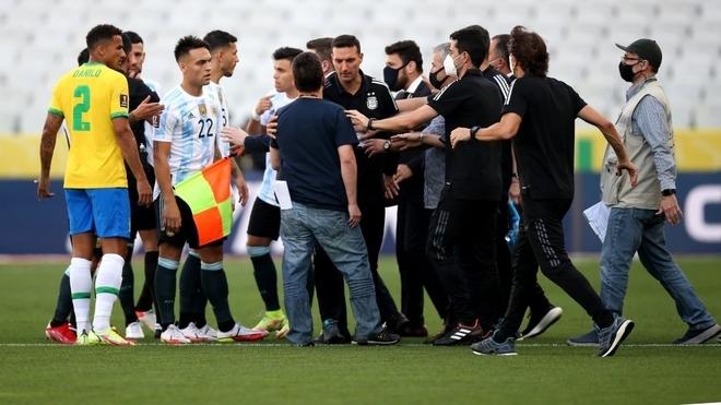 Ridículo histórico: autoridades locales detienen Brasil vs Argentina ...