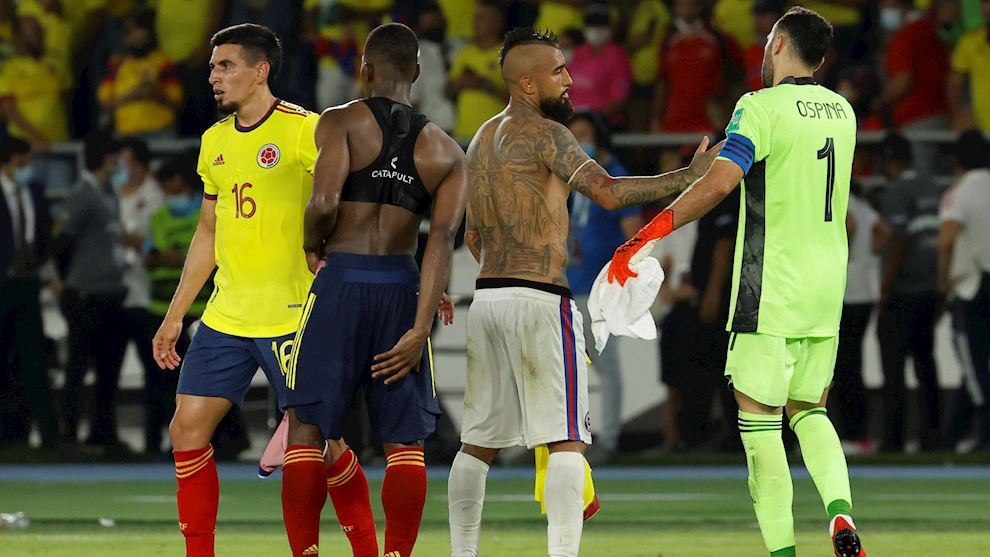 Arturo Vidal se salida con David Ospina al termino del partido entre...
