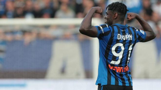 Duván Zapata celebra un gol con el Atalanta