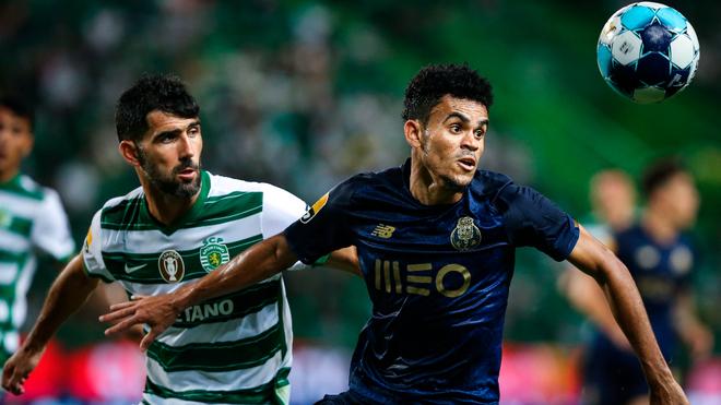 Luis Díaz lucha por atrapar el balón en el reciente juego ante el...