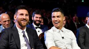 Messi y Cristiano Ronaldo durante una gala