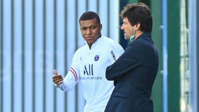Mbappé, junto a Leonardo en una práctica del PSG.