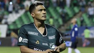 Teófilo festeja su gol con la afición verdiblanca.