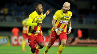 Jugadores de PEreira celebran un gol.
