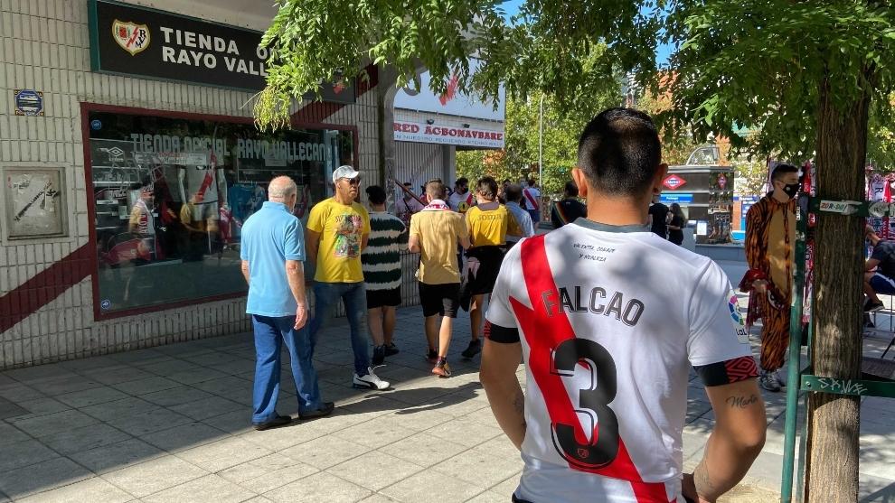 Aficionado del Rayo Vallecano con la camiseta de Falcao