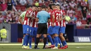 Los jugdores del Atlético de Madrid protestan al árbitro