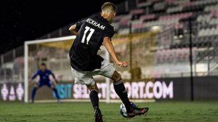 Romeo Beckham golpea el balón en su estreno con el Fort Lauderdale