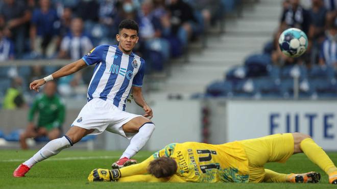 Luis Díaz remata a portería en el juego ante el Moreirense.