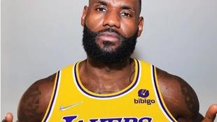 LeBron James posando con la nueva publicidad de los Lakers