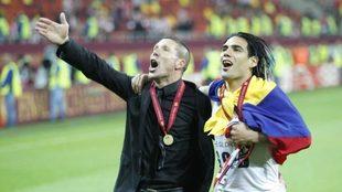 Falcao celebra con Simeone la conquista de la Europa League ante el...
