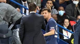 Leo Messi mira sorprendido a Pochetino por su sustitución