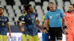 La protesta de los jugadores de Colombia a Néstor Pitana.