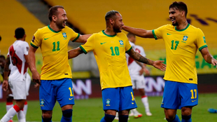 Éverton Ribeiro, Neymar y Paquetá festejan un gol ante Perú en la...