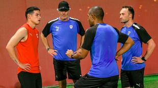 James Rodríguez dialoga con el cuerpo técnico.