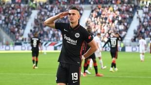 Rafael Santos Borré celebra su gol ante el Colonia.