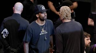 Kyrie Irving vestido con ropa de calle durante un partido de los Nets