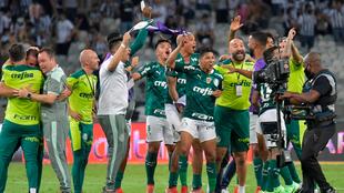 Jugadores de Palmeiras celebran al final en el Mineirao.