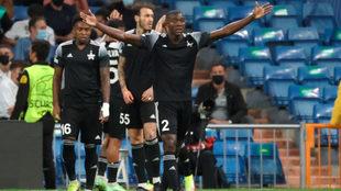 Danilo Arboleda festeja uno de los goles del Sheriff en el Bernabéu.