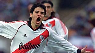 Un joven Saviola celebrando un gol con River