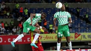 Geisson Perea disputando un balón aéreo en Pereira vs Nacional