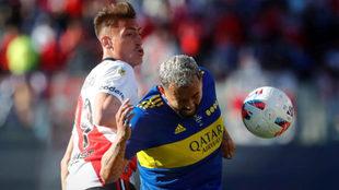 Edwin Cardona disputa el balón con Braian Romero.