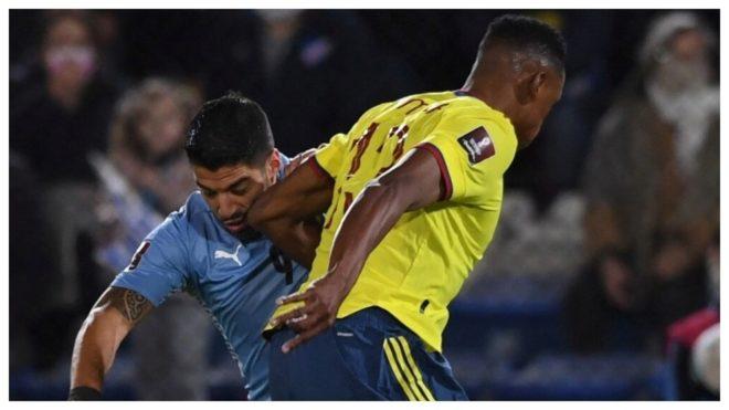 Suárez y Yerry Mina, durante el partido de Montevideo