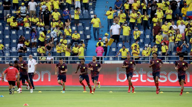 Los jugadores de la Selección Colombia calientan en el Metropolitano.