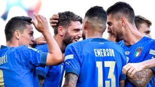 Jugadores de Italia celebran un gol.
