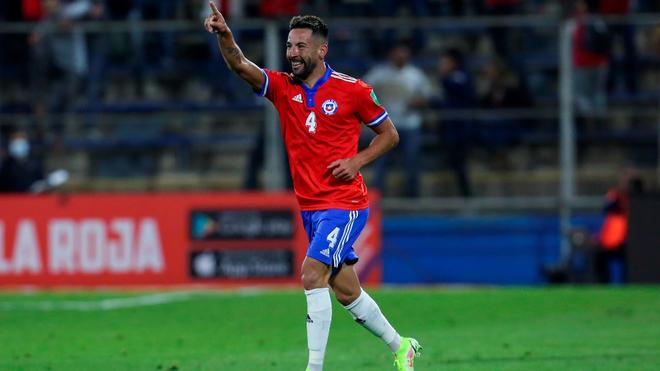 Mauricio Isla celebra su gol ante Paraguay.