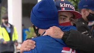 El abrazo entre Alonso y Schumacher