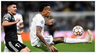Militao despeja el balón en un partido con el Real Madrid
