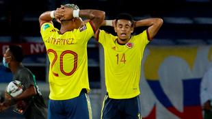 Díaz y Roger Martínez se lamentan tras una opción de gol errada.
