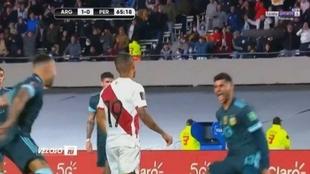 Los jugadores de Argentina se ríen del peruano que fallo el penalty