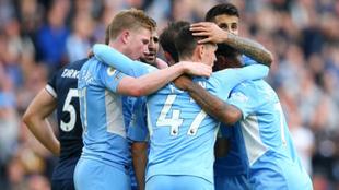Los jugadores del Manchester City celebrando el tanto de Bernardo...