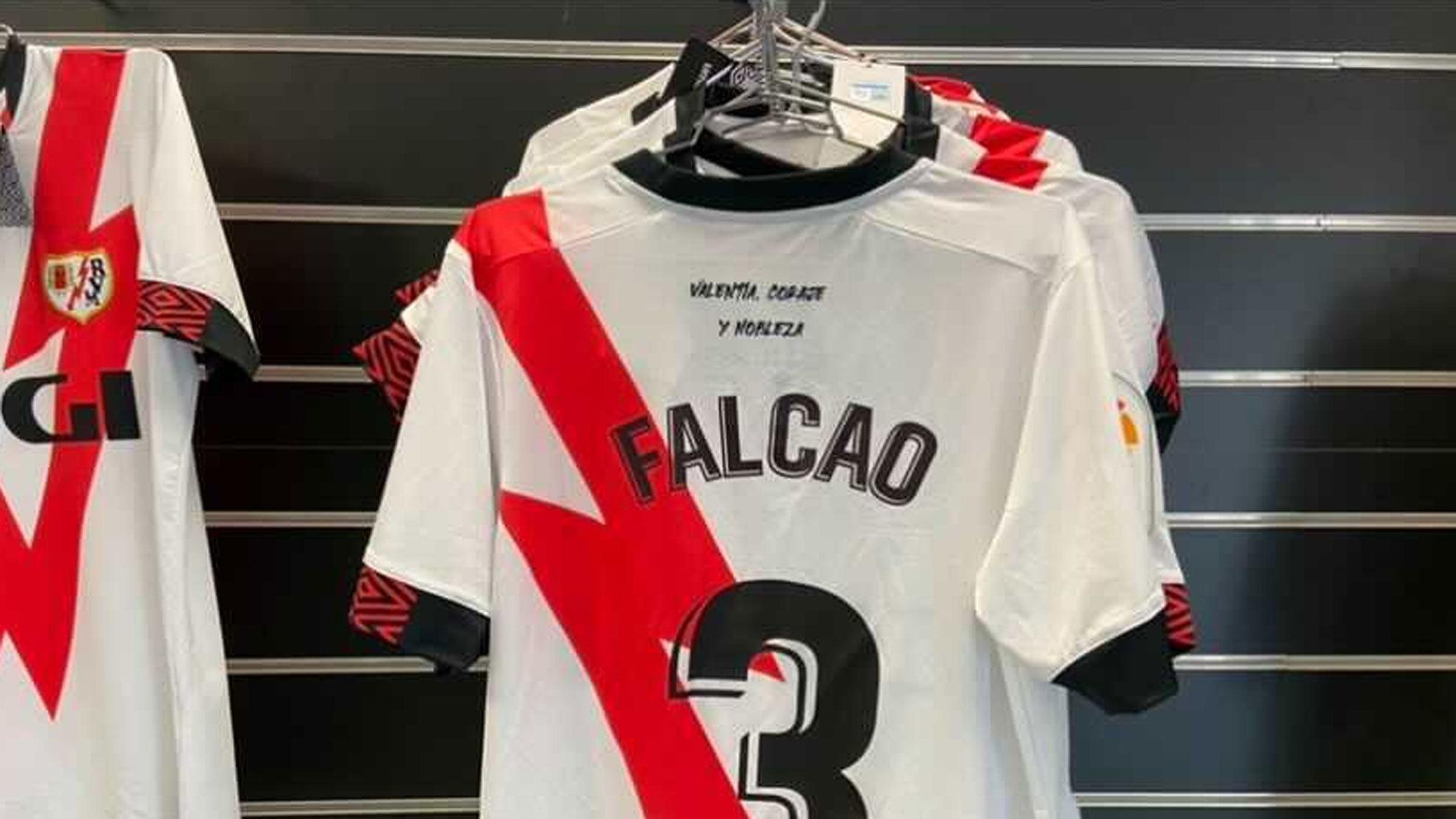 La camiseta de Falcao, en la tienda oficial del Rayo antes de agotarse /