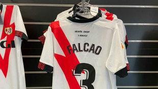 La camiseta de Falcao, en la tienda oficial del Rayo antes de agotarse...