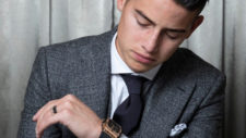 James Rodríguez mira el reloj.
