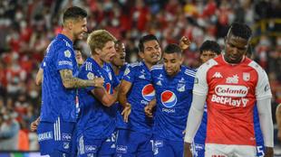 Jugadores de Millonarios celebra un gol ante Santa Fe.