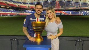 Icardi y Wanda Nara posan con un trofeo