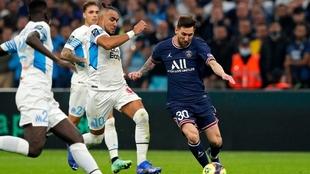 Messi maniobra ante tres jugadores del Olympique de Marsella.