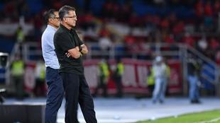 La postal de Osorio junto a su fiel compañero en la derrota ante...