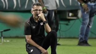 Una postal de Juan Carlos Osorio como entrenador de América. Vizzor...