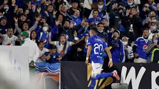 Fernando Uribe celebra un gol ante la hinchada de Millonarios.